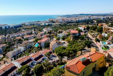 Villa with spectacular sea views in the prestigious area Levantin in Sitges - image-4