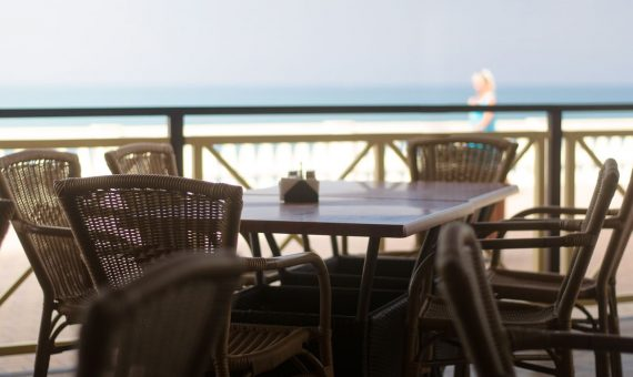 Seafront restaurant in transfer,Barcelona | shutterstock_702593446-570x340-jpg